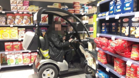 Een man met golfkar in de Carrefour Express